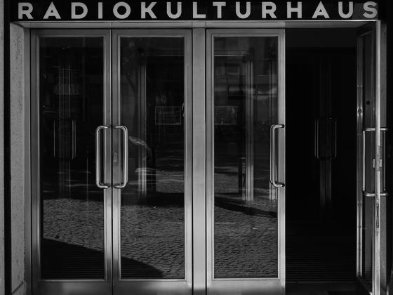 Bilder_Graustufen__0005_Funkhaus_Seiteneingang